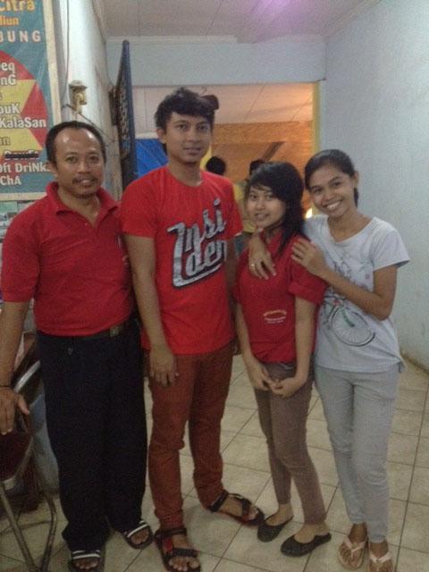 Aden Bajaj  bersama kru  Pondok Citra  Saung Lesehan